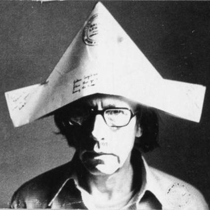 homme avec un chapeau en papier sur la tête