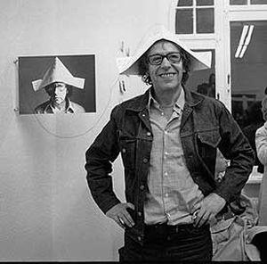 robert filliou avec un chapeau en papier sur la tête
