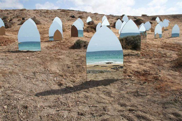 miroirs posés sur une plage