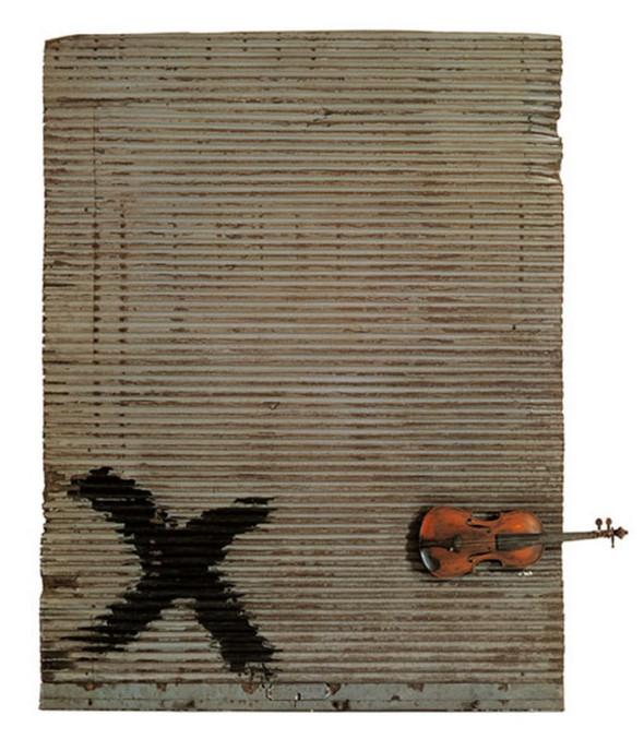 photographie violon et rideau de fer en arrière plan